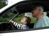 Première leçon de conduite avec papy