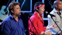 Ils interprètent une chanson populaire… Mais quand l'homme en rouge se lève, c'est tout simplement hallucinant !