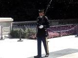 Ce soldat pas très content que des gens rigolent devant la tombe du soldat inconnu