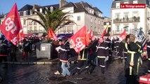 Concarneau. Les pompiers manifestent en soutien à deux des leurs