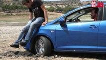 Cómo desatascar un coche en una playa o un pantano