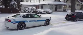 Llega el invierno. Coche de policia atascado en la nieve