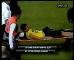 Lustige Fußball-Spieler auf Keilrahmen zu schlagen Kameramann