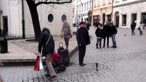Cet homme chante dans la rue, mais regardez bien ce que fait sa fille dans la poussette!