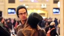 Une belle fille embrasse des inconnus par surprise à  New York
