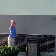 Un homme veut sauter sur une poubelle (fail)