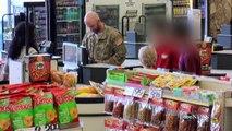 Ce soldat n'arrive pas à payer les couches de son bébé, regardez bien la femme à droite!