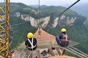 La construction du plus long pont de verre du monde en Chine
