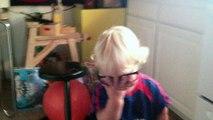 Un gamin trop mignon porte les lunettes de sa mère