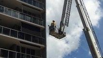 Buzz : Ce chat coincé sur un balcon est effrayé par un pompier !