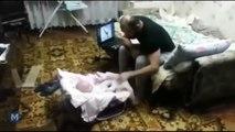 Regardez bien ce que fait ce chat quand ce papa «frappe» son bébé!
