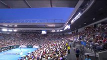 Open d'Australie 2016 : Djokovic demande à un ramasseur de balles de faire le kiné