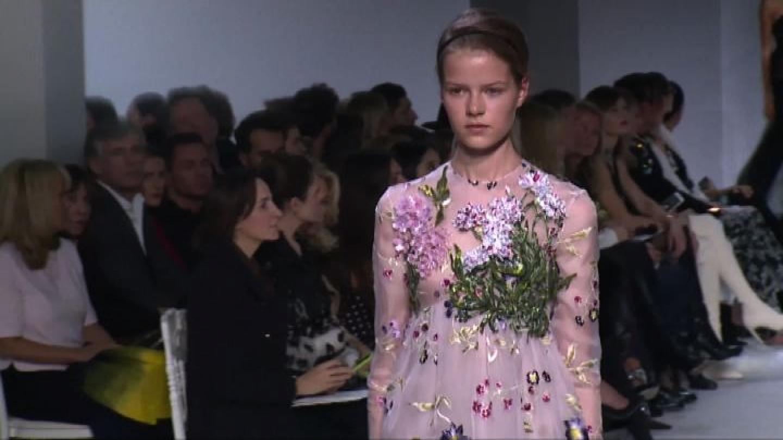 Parigi moda donna, l'esplosione di fiori per Giambattista Valli