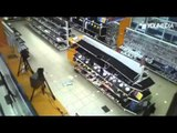 Entra in un negozio hi-tech e distrugge uno scaffale intero