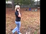 Come attirare l'attenzione di tua madre quando è al telefono!