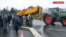 Mûr-de-Bretagne (22).  la RN164 coupée par les agriculteurs