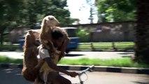 Faire du vélo avec 2 moutons sur le guidon! Classe
