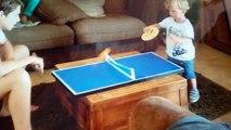 Un jeune prodige de 2 ans joue au ping-pong