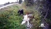 Sa moto prend feu après être tomber de sa moto