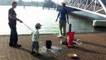 Making soap bubbles in Amsterdam/ Bellen blazen op de kade van Amsterdam