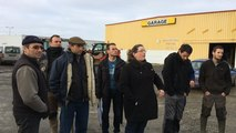 Les agriculteurs présents ce matin devant Luché tradition volailles
