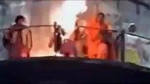 فيديو رهيب(فتاة هندية ارادت حرق الحجاب امام الناس فقام الله