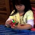 La resolución de un cubo de Rubik por una niña