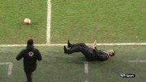 Un entraîneur frappé par un ballon s'effondre sous la violence du choc