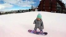 A 14 mois, elle fait sa première descente en snowboard
