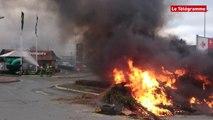 Quévert (22). Les agriculteurs allument un feu devant le Carrefour Market