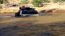 Un 4x4 Nissan Patrol essaie de traverser une grosse rivière