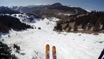 Un skieur saute au-dessus de speed flyers. Dingue