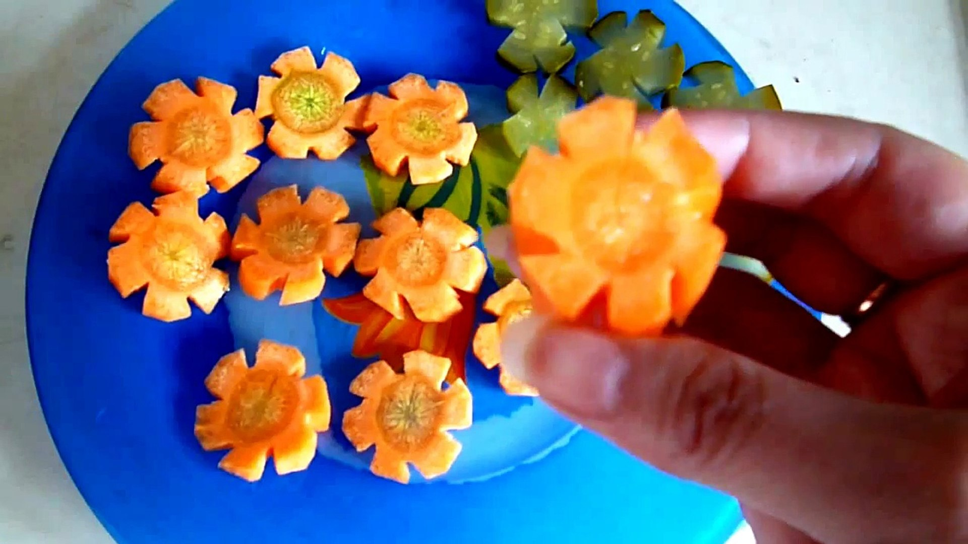 Украшения из овощей. Цветы из моркови и огурцов. Как красиво нарезать овощи.