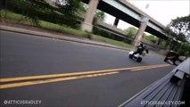 Un jeune en Quad se prend une voiture en pleine face en faisant une roue arrière sur la mauvaise file