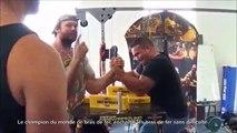 Le champion du monde de bras de fer, enchaîne les bras de fer sans difficulté