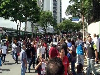 Manifestantes se enfrentan en inmediaciones de la casa de Lula (Cortesía Reuters)