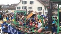 Le char de carnaval génial qui fait montagnes russes avec looping