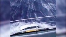 Se divierte viendo cómo caen en el barco olas de 30 metros