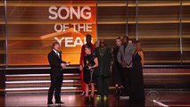 Highlights 2016 Grammys_ Tori Kelly unamused by Taylor Swift _ Daily Mail Online