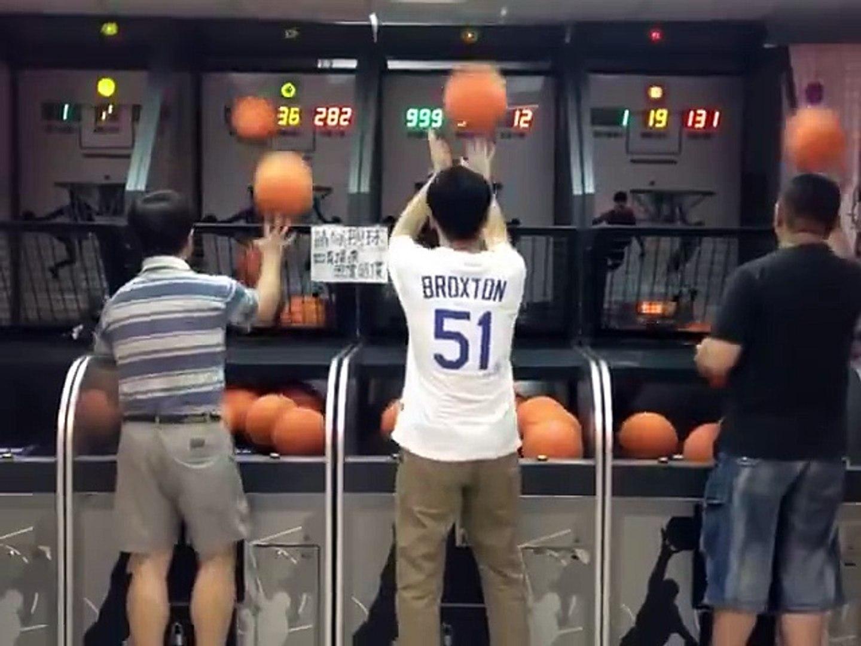Sorprendente habilidad para encestar el balon de basketball