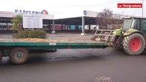 Carhaix. Les agriculteurs bloquent le Centre Leclerc
