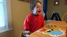 Fou rire dun enfant de 20 mois pour une blague répétée plusieurs fois