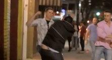 Deux hommes insultent sa copine dans la rue, il va les mettre ko