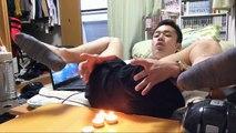 Un Japonais tente d'éteindre des bougies en pétant