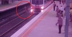 Un idiot traverse une voie ferrée alors qu'un train arrive au même moment