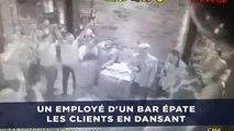 Un employé d'un bar épate les clients en dansant