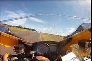 WTF??? Motociclista é surpreendido por uma cobra na sua mota a mais de 250KM/H!