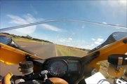 Motociclista é surpreendido por uma cobra na sua mota a mais de 250KM_H!