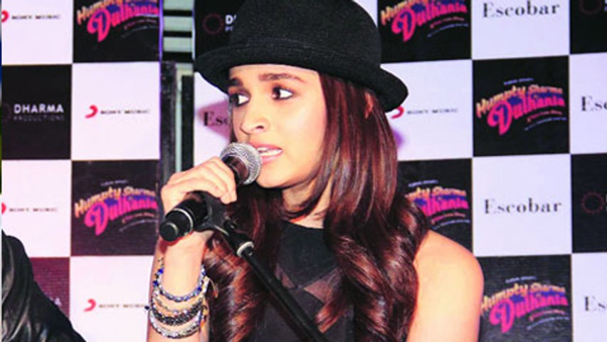 Alia Bhatt Sings LIVE!