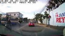 Femme en scooter fait une terrible chute a cause d'un ballon de foot (Philippines)